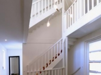 Witte trappen met balustrade